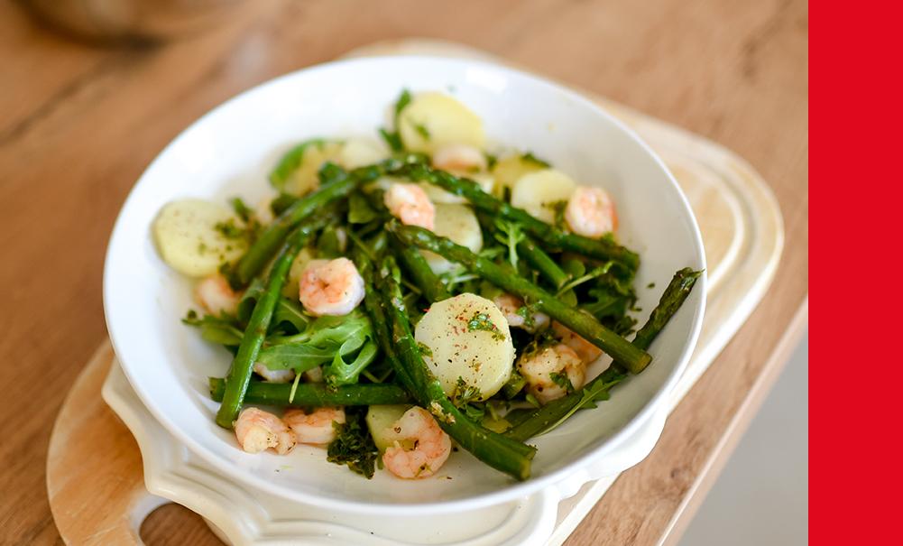 Salade de pommes de terre, asperges vertes et crevettes
